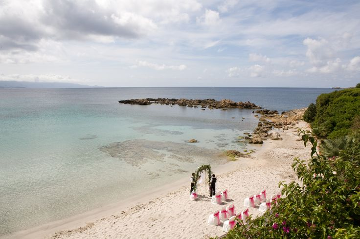 preparazione di una cerimonia simbolica in una splendida spiaggia di Alghero