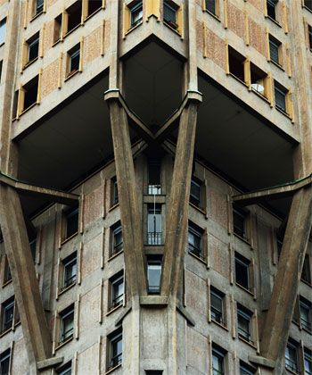 Torre Velasca,the upper body was supported on brackets projecting beams of reinforced concrete