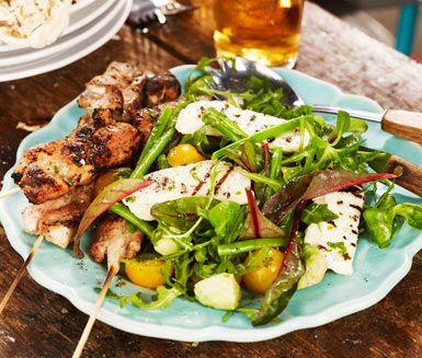 Frisk sallad med haricots verts, grillad halloumi och en somrig dressing av mynta, olivolja, limejuice och fl�dersaft. Gott tillbeh�r till grillad kyckling, g�rna saftig l�rfil� som passar bra �ver gl�den.