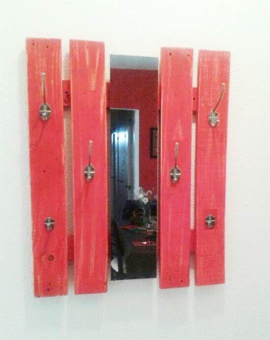 Perchero con madera de pallets con espejo percheros - Percheros de madera ...