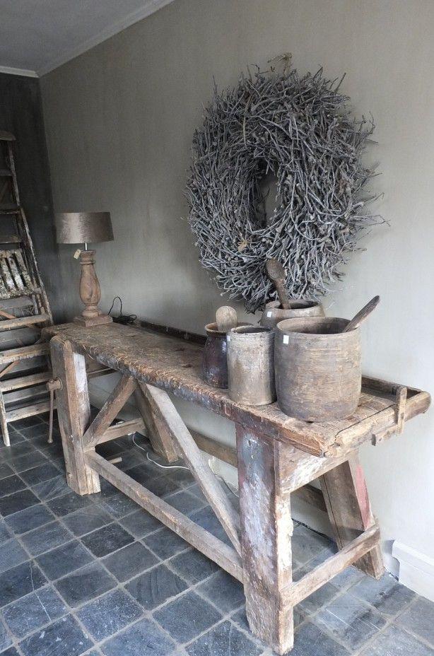 Oude+werkbank+wordt+robuuste+en+landelijke+sidetable.+De+oude+potten+staan+prachtig+stoer+bij+het+verweerde+hout.+ Meer+inspiratie+is+te+vinden+bij+stylingandlivingshop