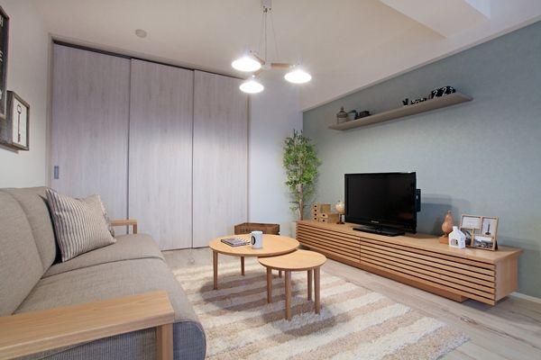 隣り合うリビングと寝室は大きな扉で仕切ることができます!広いリビングダイニングにお友達が来てもプライべーど空間は守れます! 家具屋が提案する中古マンションリノベーション!家具から始まる家づくりを提案します。家具の配置や使い方に合わせて部屋を間仕切るリノベーション、子育てに合わせた間取り提案などおすすめポイント盛りだくさんのリノベーションです! コーディネートのテーマカラーは「ナチュラル&ライトブルー&グレー&ブラック」とし、ナチュラルベースにブラック色やグレー色、ライトブルー色のアイテムを取り入れながらコーディネートしております!