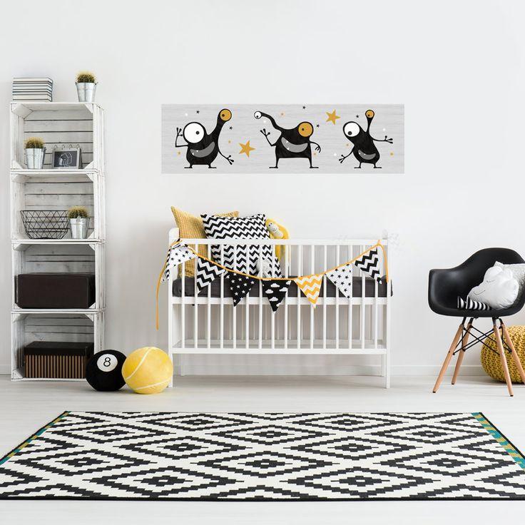 Op een basic wit grijze babykamer geeft deze muursticker met okergeel accenten een warme sfeer. De muursticker is gemaakt van hoge kwaliteit zelfklevend textiel en heeft een formaat van 150 cm breed en 43 cm hoog.