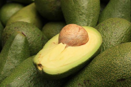 Aguacate: esta fruta posee una gran cantidad de grasas monosaturadas, las cuáles no son oxidadas en el cuerpo, por lo que no aumentan los riesgos de padecer arteriosclerosis o construir placas en las arterias.