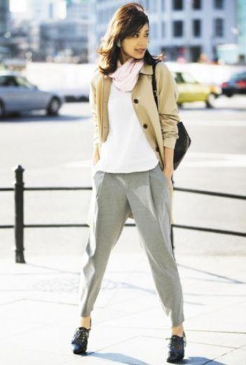上品なメッシュ編みのVネックセーターでゆったりとした動きやすいコーデ。アラフォー(40代)女性のおすすめジョガーパンツコーデ♬