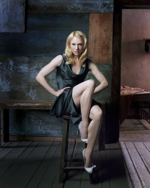 Renee Zellweger legs. One of her great photographs from Entertainment Weekly. Unfortunately we haven't seen her like this in a long while.
