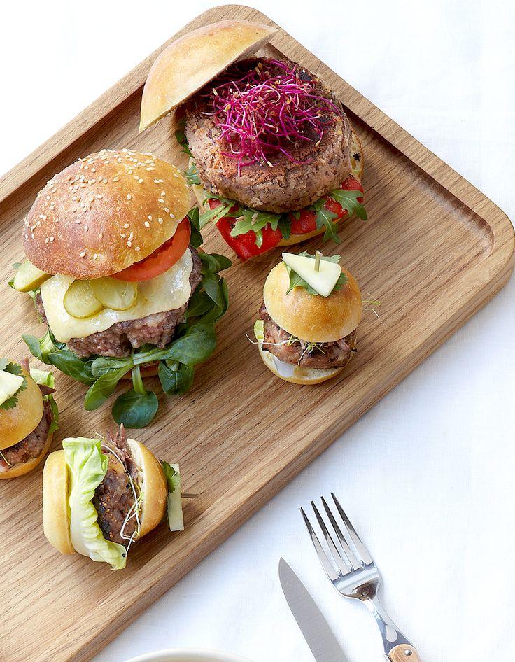 Recette Veggie burger aux haricots rouges : Rincez puis égouttez les haricots rouges et les pois chiches. Coupez 3 tomates en fines rondelles. Emincez 2 oignon...