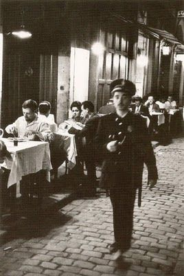 """Sereno delante del restaurante """"Los Caracoles"""" (1962) - Xavier Miserachs"""