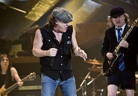 6-Nov-2014 6:08 - DRUMMER AC/DC NAM HUURMOORDENAAR IN DE ARM. De politie in Nieuw-Zeeland heeft drummer Phil Rudd van de Australische band AC/DC opgepakt op verdenking van doodsbedreigingen en drugsbezit...