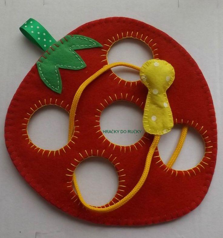 Provlékačka červík v jahodě - provlékačka jahoda, ručně šitá z pevné plsti - vel. cca 20x20 cm - červík je velký 2x5 cm, PEVNĚ PŘIPEVNĚN na šňůrce, PEČLIVĚ UŠITO