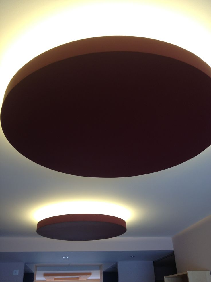 Tira de LEDs en techo bajado con forma circular. Luz ...