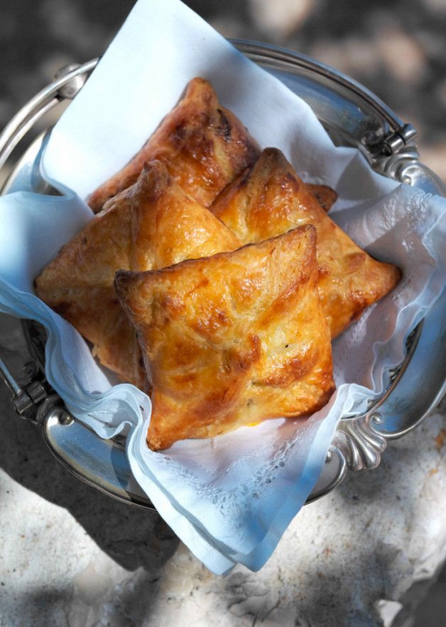 "слойки ""Капрезе"" (Слоеное тесто, помидор-базилик-моцарелла). Салат-соус (помидоры, базилик, лук, оливковое масло, томатный сок). Цыпленок тапака."