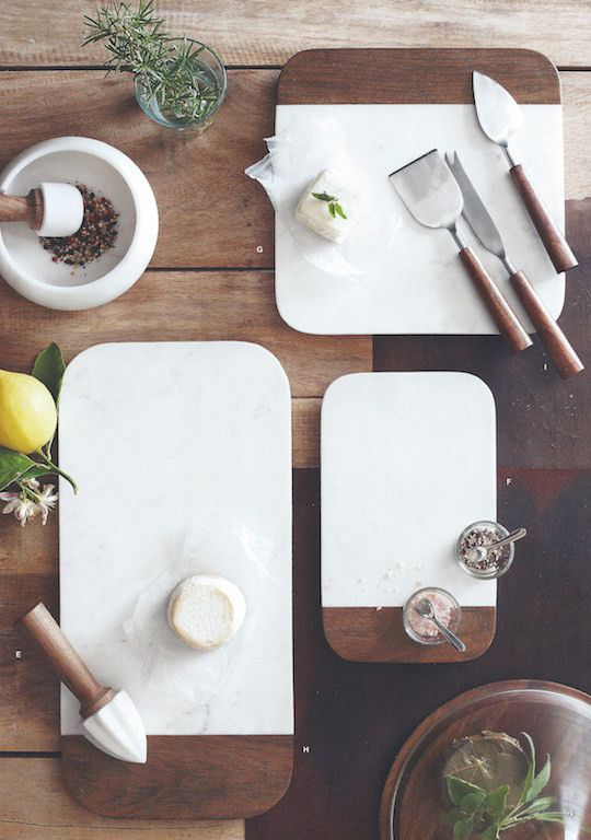 Elegant rounded corners and beveled edges distinguish this collection of modern white marble and sheesham wood cheese boards.