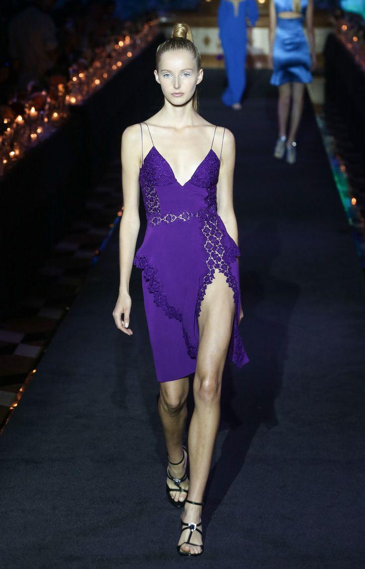 https://www.vogue.com/fashion-shows/spring-2018-ready-to-wear/la-perla/slideshow/collection#7