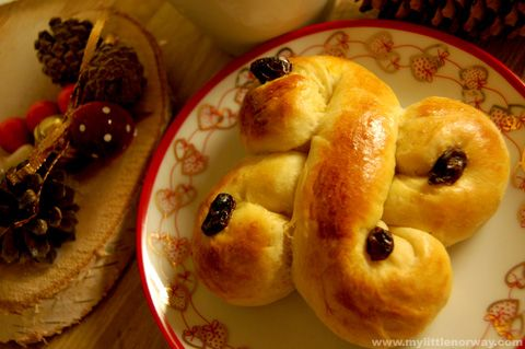 lucia-buns-1 recipe and step by step; history of the day; since WWII it is celebrated as a parade of light on the darkest day of the year and Lucia buns are eaten.
