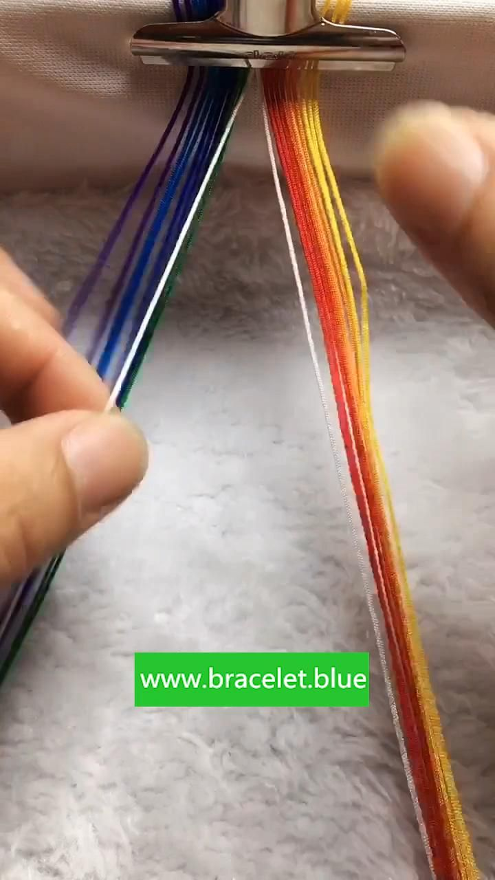 Diy Bracelets Patterns, Yarn Bracelets, Diy Bracelets Easy, Friend Bracelets, Bracelet Crafts, Handmade Bracelets, String Bracelet Patterns, Jewelry Crafts, Diy Friendship Bracelets Tutorial