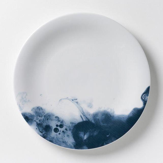 Les 4 assiettes plates Encira. Un très joli effet d'aquarelle bleue. En porcelaine émaillée. Dimensions : Ø28 cm. Compatibles lave-vaisselle, micro-ondes. Fabriquées au Portugal. Mug et assiette à dessert assortis vendus sur le site.
