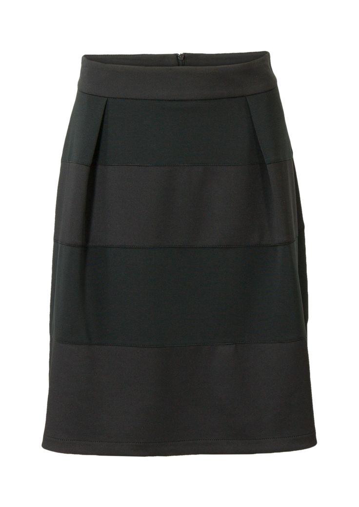 Zwarte, sierlijke rok met plooien en stroken in verschillende kwaliteiten. Sluit achter met een rits. Het is een klokkend model gemaakt van soepele stretch kwaliteit. Knielengte. Lengte in maat M: 58 cm.