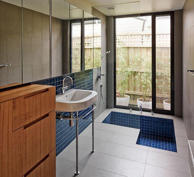 Mesmo que o banheiro é geralmente um dos menores espaços na casa, ele definitivamente tem um papel importante e requer uma concepção e decoração atenciosa. Se você está pensando sobre a remodelação completa ou apenas uma pequena reforma, vamos ajudá-lo a encontrar a inspiração para criar o seu banheiro dos sonhos. Dê uma olhada em várias banheiras relaxantes, cabines de ducha, esquemas de cores do banheiro, pias modernas e clássicas, armários de banheiro, prateleiras, iluminação, piso e…