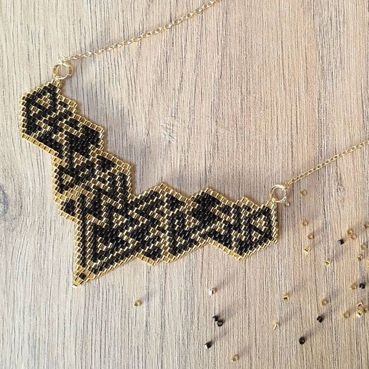 Voici le tissage terminé au marché de créateurs d'Ancenis #jenfiledesperlesetjassume#miyuki#brickstitch#perlesaddict#ethnic#aztec#goldfilled#cestmoiquilaifait#navajo#creativa#peyote#diy#jewelrydesigner#tissageperles#jewelryporn #photooftheday#picoftheday .