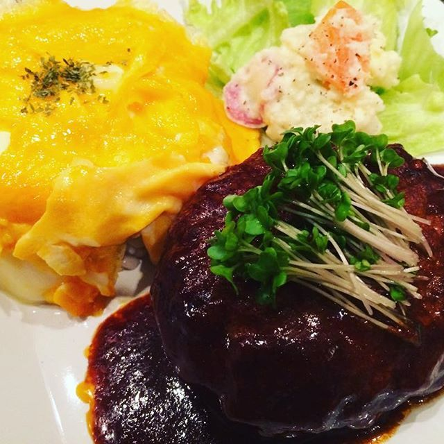 今日の晩ごはんです。 ワンプレートで、ポテトサラダ&ハンバーグ&オムライスです✨ ハンバーグにはブロッコリースプラウトのせてます。 たまごトロトロでバター&チーズのイイにおい💕 見えていないのですが、オムライスのごはんは雑穀米&もち麦のごはんです。 #おうちごはん #うちごはん #手作りごはん #クッキングラム #料理 #ごはん #晩ごはん #晩ご飯 #夕食 #ディナー #洋食 #米 #もち麦 #雑穀米 #ワンプレート #おうちカフェ #卵 #ポテトサラダ #サラダ #野菜 #肉 #ハンバーグ #オムライス