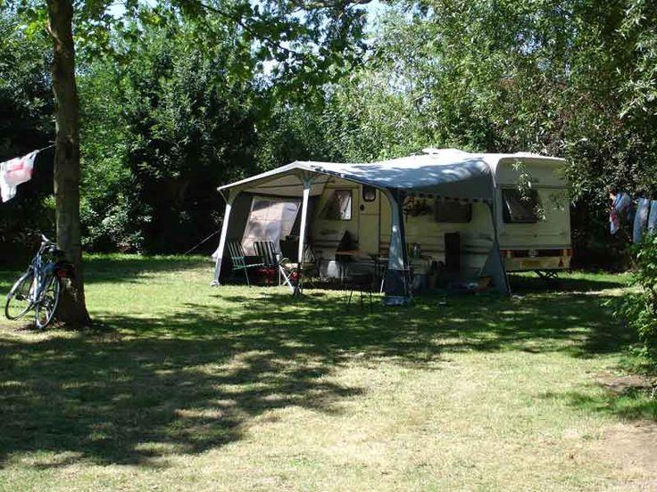"""Rust, Comfort, Ruimte … Ruime kampeerplekken waar je 's nachts rustig slaapt, ook dat is La Grisse… Camping La Grisse is het hele jaar open en heeft ruime schaduwrijke kampeerplaatsen """"Groot comfort"""" (180 à 300 m²) in een schitterende landelijke omgeving. Alle kampeerplekken (zowel voor tent, caravan als camping-car) beschikken over 16 ampère elektriciteit. Er …"""
