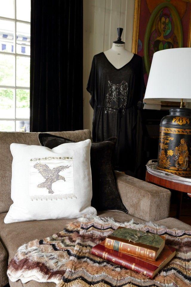 Enkle klær og puter kan bli langt mer spennende med kul og glitrende rhinestone-dekor.