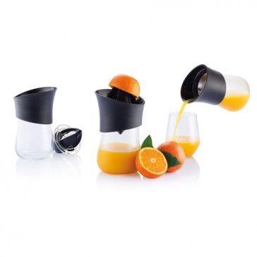 Styrkan av en god design utmärks av dess enkelhet. Press är din smarta och hälsosamma vän i köket. Välj om du vill pressa apelsiner eller andra citrusfrukter genom att använda en av de två olika storlekarna på pressen. Njut av vitaminerna!  Registrerad design ®