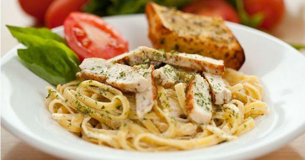Krema, tavuk, mantar, fesleğen ve parmesan peyniri ile bütünleşen yumurtalı fettucini makarna tarifi, tabaklardaki yerini alıyor.