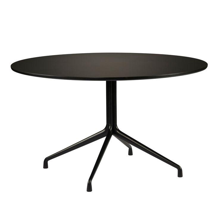 About A Table från danska HAY. Ett stilrent och tidlöst bord med ben i gjuten pulverlackad aluminium och toppskiva i antingen svart linoleum med sarg i svartbetsad ask eller vit laminat med plywoodsarg.Observera, utförande Ø:80 cm samt Ø:110 cm har tre ben.
