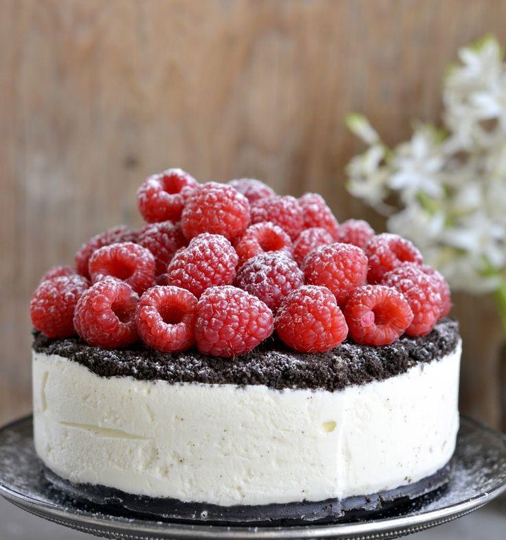 Oreo-iskake med bringebær  Bunn  1 1/2 pakke Oreo-kjeks (225 g)  50 g smeltet smør  Fyll:  3 dl kremfløte  200 g Philadelphia kremost naturell  1 dl melis  frø fra 1/2 vaniljestang, eller 1 ts vaniljesukker  1 ts limeskall  1 ts limesaft  Pynt:  250 g bringebær  litt melis  Oppskriften er til en liten kake til ca. 6 personer. Hvis du ønsker det, kan du doble oppskriften. Bruk da en form på ca. 22 cm i diameter.  Til denne oppskriften bruker du en form som er 15 cm i diameter. Ha bakepapir i…