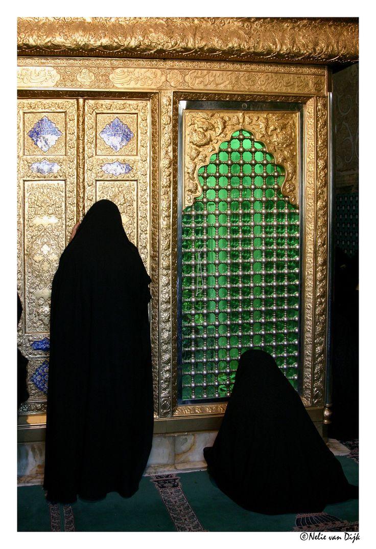 Iran: In aanbidding. In de Iraanse stad Yazd knielen vrouwen in aanbidding voor het Mausoleum van Seyed Roknaddin.