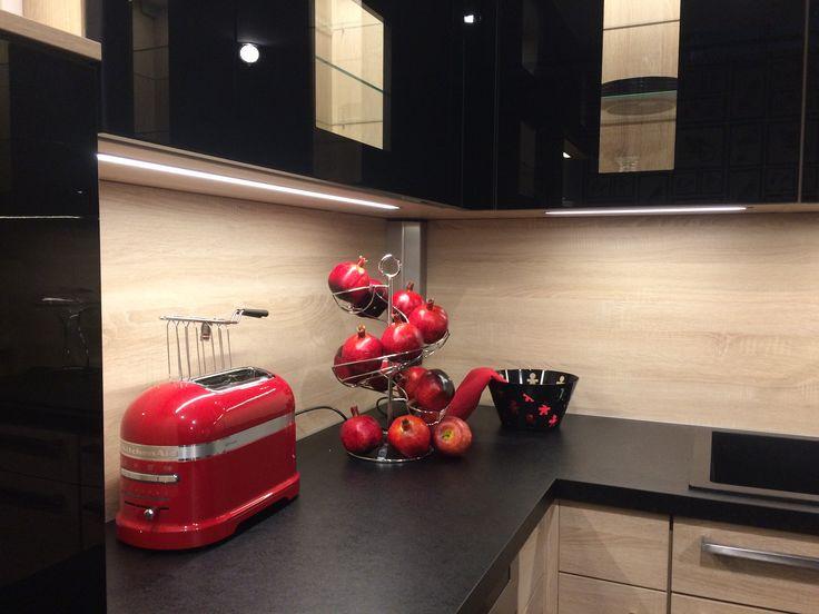 In cucina, gioca con i colori e i contrasti: accessori colorati su basi scure, essenza legno chiara abbinata a piano cucina e pensili dark. I contrasti regalano una personalità più decisa e particolare alla tua cucina.  #consiglidistile #homedecor #arredamento #cucine #cucina #kitchen #casamia