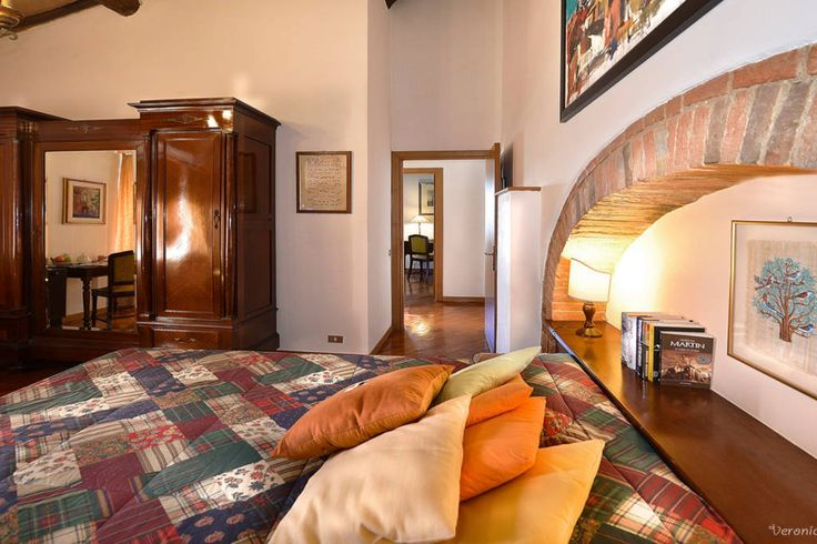 Bed & Breakfast a Monteroni d'Arbia, Italia. La camera ha la vista sulla campagna circostante, è arredata in stile toscano ha un salottino privato ed il bagno con doccia.  La camera è attrezzata con il ventilatore al soffitto ed è dotate di aria condizionata. Allo stesso piano vi è l'elegant...
