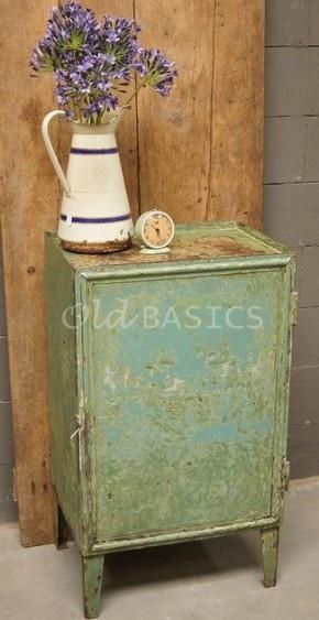 Industrieel brocante: stoer ijzeren kastje; mooie kleur met verschillende tinten groen! Te koop bij www.old-basics.nl (grote loods en webshop vol unieke brocante meubels en accessoires!)