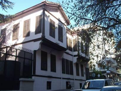 Manevi değeri paha biçilemez bir ev burası, Cumhuriyetimizin kurucusunun doğduğu ev. Yunanistan, Selanik, Agiu Dimitriu Caddesi, Apostolu Pavlu Sokağı No:17 adresindeki pembe ahşap ev bizler için çok önemli. Burası Atatürk'ün doğduğu ev. Bir vakıfca 1870 yılı civarında yapılmış. 1878'de Ali Rıza Efendi, evikiralamış. Mustafa, evin 2. katında, güney tarafındaki odada dünyaya gelmiş. Ali Rıza Efendi evin bahçesine günümüze ulaşan bir nar ağacı dikmiş. Aile Ali Rıza Efendinin 1888'de vefatına…