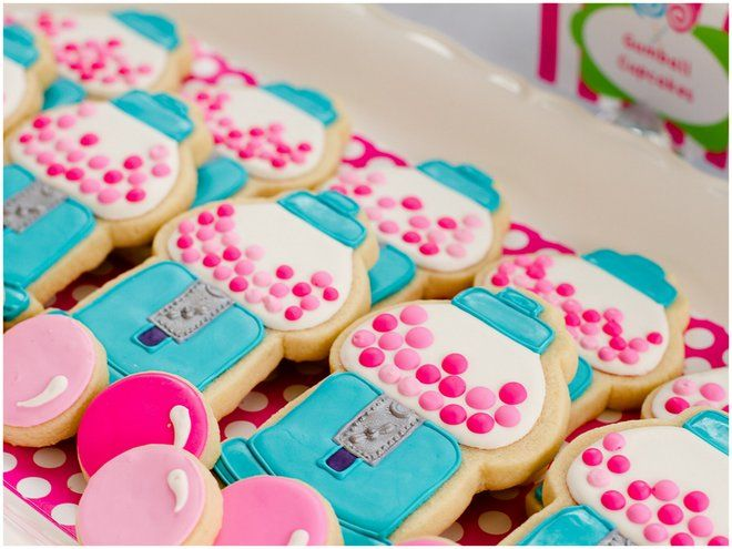 These gumball and gumball machine cookies are SO adorable!  They would be perfect favors for a candy themed party.