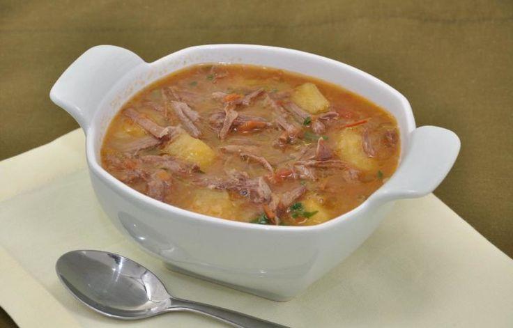 receita de sopa de mandioca e costela, colocada em uma cumbuca