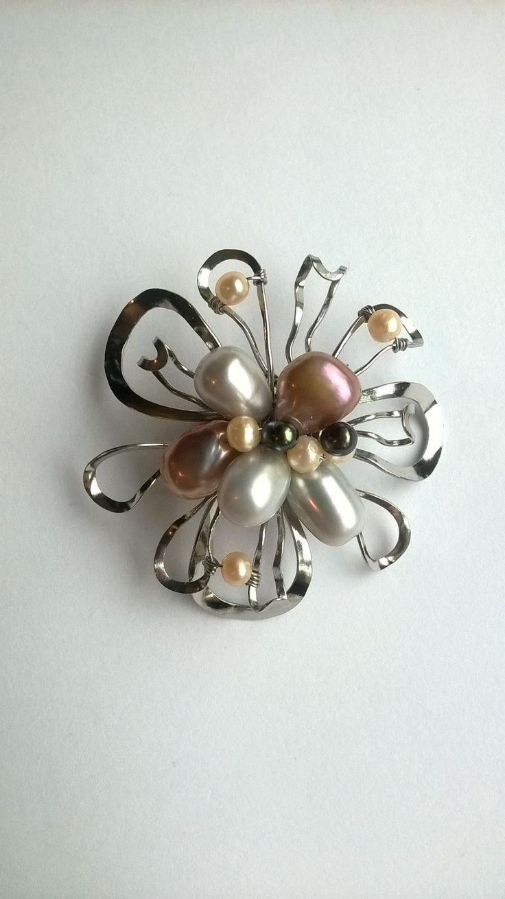 """Brož+B8P+""""Snový+květ""""+barevný+mix+perel+Autorský+šperk.+Originál,+který+existuje+pouze+vjednom+jediném+exempláři+z+romantické+edice+variací+na+květy.+Vyniká+kouzelným+prostorovým+tvarem,+jemně+laděnou+barevností+a+něžnou+elegancí.+Brož+je+vyrobena+ručně.+Tepaná,+ohýbaná,+tvarovaná+z+chirurgických+drátů+zdobená+sladkovodními+pravými+perlami.+Pečlivě..."""