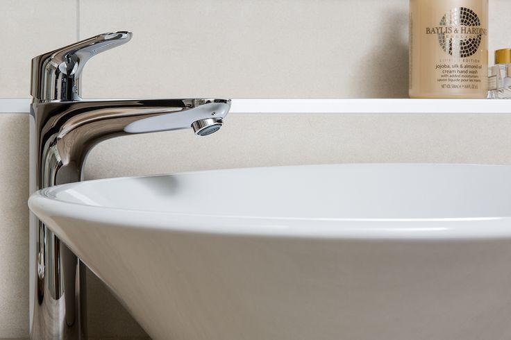De hoge kraan zorgt ervoor dat je voldoende ruimte hebt boven de waskom.