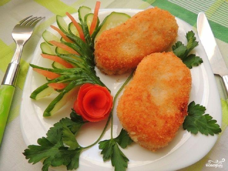Быстрое и очень вкусное блюдо, которое готовится за полчаса – это картофельные котлеты с рисом. Они радуют глаз и являются очень питательным блюдо. В их состав, кроме риса и картофеля, входят жареные грибы с луком. Этот рецепт практически вегетарианский. В нем нет ни грамма мяса и животного жира. Но при этом котлеты получаются сытными и