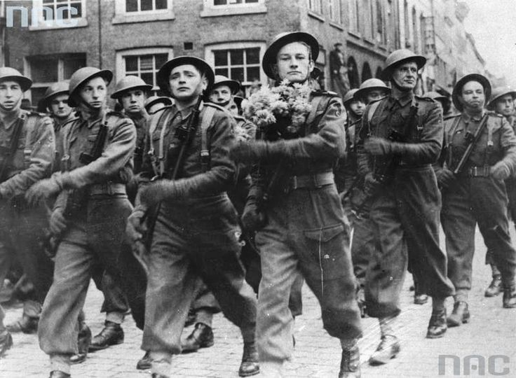 Parade of the 1st Armored Division (November 11, 1944) in the liberated Breda. Dragoons are marching.