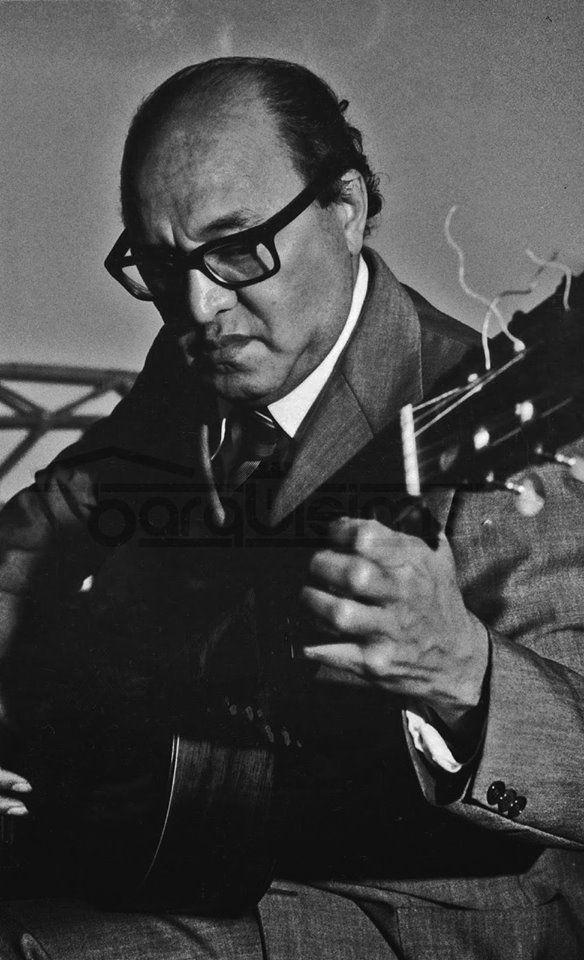 """""""Yo sé que la gente me admira y quiere. Trato de responderles ese cariño, de la única forma que aprendí, tocando guitarra. Alirio Diaz #somoscultura  #somosbarquisimeto"""