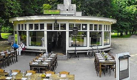 """Op één van de mooiste locaties in Groningen vindt U """"Jantje zag eens pruimen hangen"""". Het restaurant is gevestigd in een monumentaal paviljoen in het prachtige Noorderplantsoen. Kok Elvira Krudde kookt van dinsdag tot en met zondag met passie een mooie mediterraan getinte kaart. Het terras dat uitkijkt op de vijver van het plantsoen is een heerlijke plek om te genieten van de zomer."""
