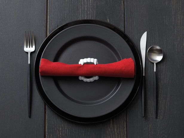 Fang napkin holder - super cool idea for a Halloween party