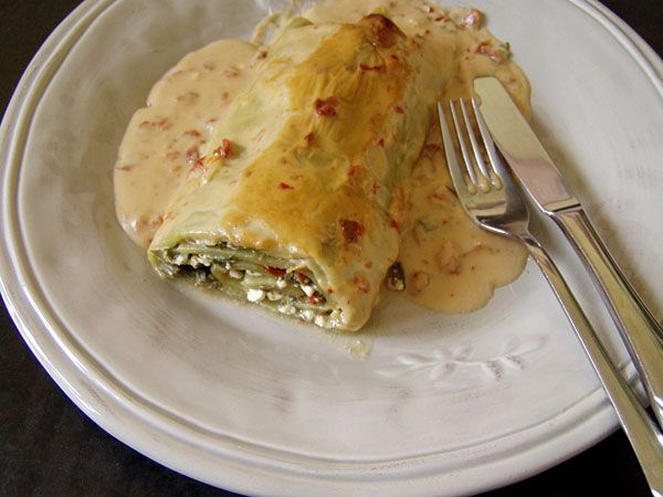 Lasagnerolle mit Wiesenbärenklau-Füllung | lasagne roll filled with common hogweed and hot bechamel sauce  #foraging #hogweed #Wiesenbärenklau #wildgemüse