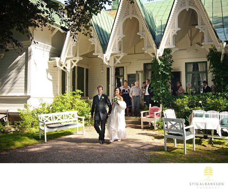 Företagsfoto - Porträttfoto - Bröllopsfotograf - Bröllop på Villa Sjötorp, Ljungskile: Villa Sjötorp på Lyckorna utanför Ljungskile är en mycket trevlig och idyllisk plats att ha sitt bröllop på. De har dessutom fått den internationella utmärkelsen Historic Hotel Gourmet Award 2017. De vann priset i konkurrens med 500 utvalda hotell i Europa. Då det är hotellens gäster som står för rösterna finns det extra orsak för Villa Sjötorp&nbsp,att ta åt&nbsp,sig av äran. Vad jag själv märkte när…