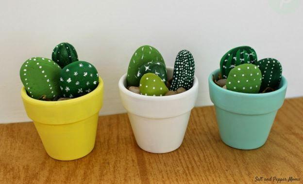 Les cactus c'est tendance mais vous n'avez pas la main verte. Pas de problème, cette sélection DIY propose des modèles de cactus artificiels à faire soi-même, en carton, papier, feutrine, en galets, au crochet. Garantis sans entretien et sans épine.