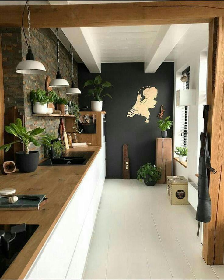 Schwarze Wand mit beige Landkarte – Küche Flies…