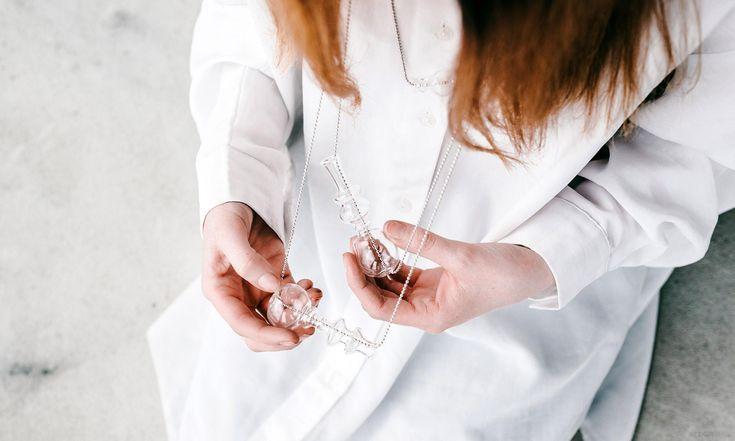 Tereza Drobná navrhla kolekci šperků aobjektů inspirovanou tvarem vázy